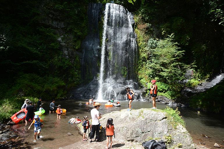 滝つぼで水遊び